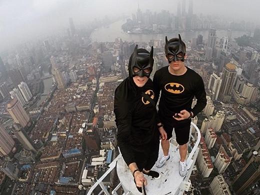 Theo Shanghaiist, mới đây, một nhóm thanh niên đến từ Hồng Kông và Nga leo lên những tòa nhà chọc trời ở Trung Quốc để chụp ảnh.