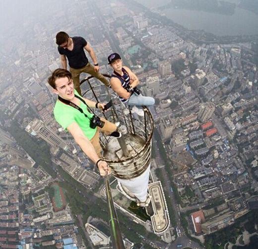 Một trong số họ được giới truyền thông xác định là Dennis Liu - nhiếp ảnh gia nổi tiếng người Hồng Kông.