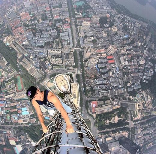Họ đã chinh phục các tòa nhà cao ngất ngưởng ở Thượng Hải, Thâm Quyến,Hồng Kôngvà Nam Kinh mà không cần đến những thiết bị bảo hộ.