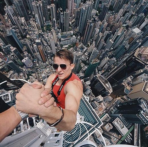 Năm ngoái, một bộ đôi người Nga với biệt danh On The Roofs đã vượt qua các nhân viên an ninh để chinh phục Tòa tháp Thượng Hải.
