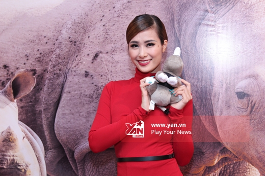 Chụp ảnh với chú tê giác bằng bông đóng dấu kỉ niệm với chương trình. - Tin sao Viet - Tin tuc sao Viet - Scandal sao Viet - Tin tuc cua Sao - Tin cua Sao