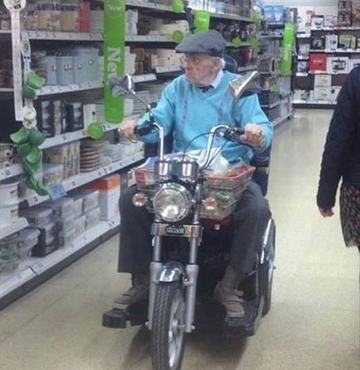 """""""Lười đi bộ trong siêu thị ư? Chẳng sao cả, chỉ việc mang xe vào trong đó mà chạy thôi""""."""