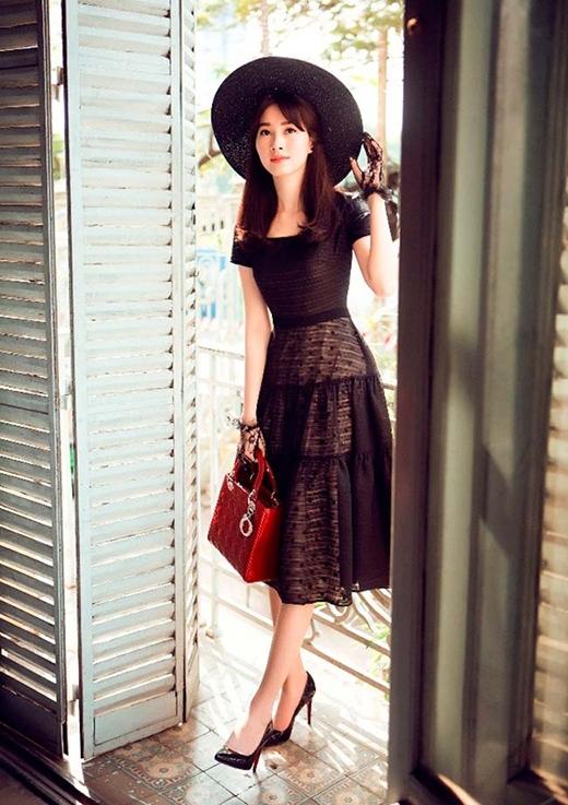 Hình ảnh của những tiểu thư quyền quý, kiêu kì được Hoa hậu Việt Nam 2012 khắc họa rõ nét từ trang phục đến những phụ kiện đi kèm.