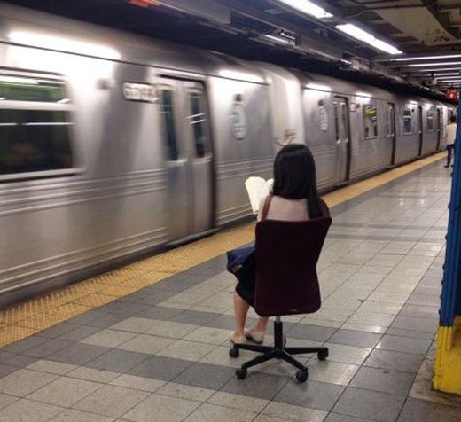 """""""Đứng chờ tàu mỏi chân quá, tìm đại cái ghế nào ngồi cho khỏe chứ!""""."""