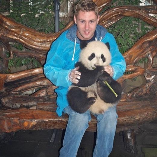 Trong chuyến hành trình, Johnny đã có những trải nghiệm rất thú vị như chơi đùa với gấu trúc ở Trung Quốc...