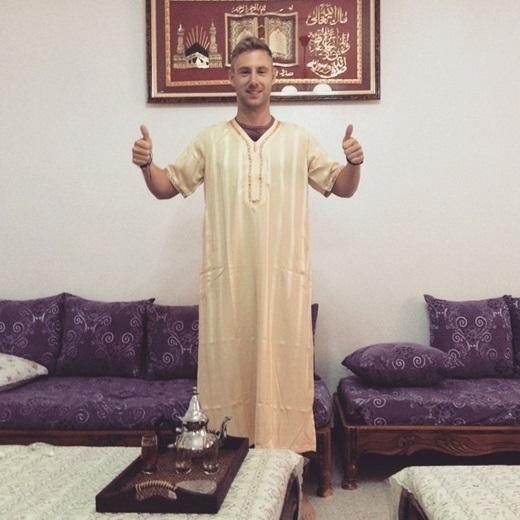 Anh chàng hào hứng thử trang phục truyền thống của Algeria