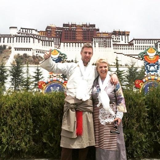 Vi vu cùng mẹ ở lâu đài Potala, Tây Tạng.