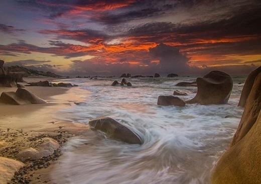 Dưới những đợt sóng và ánh nắng mặt trời phản chiếu, cả bãi đá màu long lanh, huyền ảo thay đổi theo thời khắc trong ngày làm tăng sự hấp dẫn của bãi biển còn hoang sơ.
