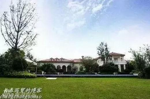 Theo Cri, Lưu Diệc Phi có bốn biệt thự cao cấp. Một căn biệt thự tại quận Thuận Nghĩa, Bắc Kinh. Diện tích của căn biệt thự này vào khoảng 5000m2. Phía bên ngoài là cánh cửa sắt rất kiên cố cao chót vót. Phía bên trong được thiết kế giống như một khu nhà cổ của Trung Quốc: thấp tầng và giản dị. Bên cạnh đó là sân vườn với diện tích tương đương một sân bóng mini.Những kí giả muốn ghi lại hình ảnh căn biệt thự này cũng rất vất vả vì phải chụp ở nhiều góc độ.
