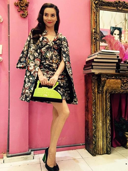 Bộ váy tay cape hợp mốt của Moschino có giá khoảng 10 triệu đồng. Chiếc túi xách hình bàn ủi đi kèm cũng có giá tương đương.