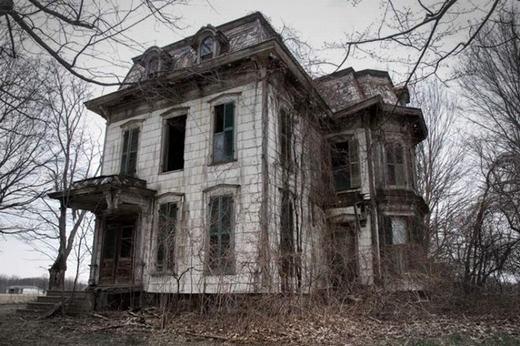 Căn biệt thự Milan Masion ở Ohio nổi tiếng với bóng ma ông chủ ngôi nhà, được gọi là Phù thủy Milan. Rất nhiều người đã thề sống chết rằng mình đã nhìn thấy bóng ma này.