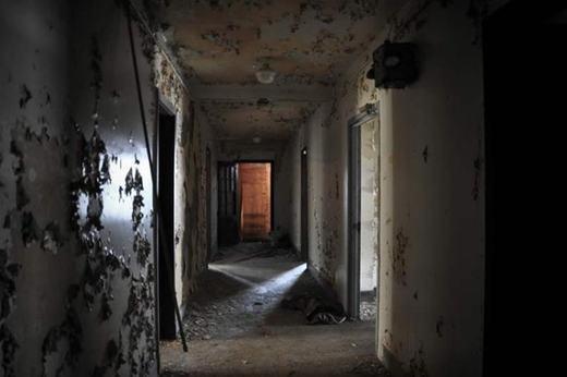 Căn hộ có tên Hooly ở bang Texas này từng là một nhà trọ và quán ăn sáng. Nhưng từ năm 1970, hàng loạt vụ giết người bí ẩn xảy ra nơi đây, bắt buộc quán phải đóng cửa và bỏ hoang từ đó.