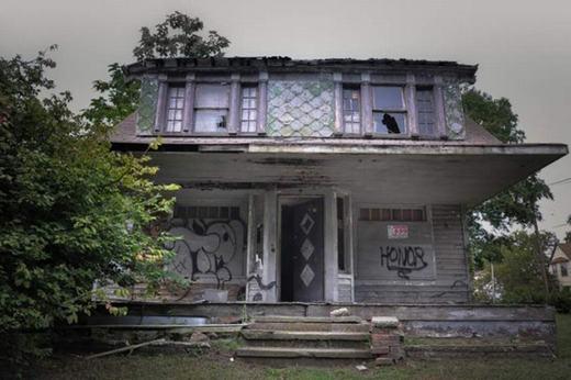 Căn nhà có vẻ ngoài bình thường này thực chất là nơi kẻ sát nhân Anthony Sowellkhéttiếng chuyên giết và giấu xác nạn nhân. Những người dân sống gần đây không dám đi qua căn nhà vì họ thường xuyên nghe những tiếng la hét rùng rợn phát ra.