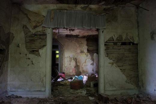 Căn nhà này đã đượcRobert Berdella- kẻ giết người hàng loạt khét tiếng nhất trong lịch sử nước Mỹ - dùng để ở. Berdella trải qua thời niên thiếu khó khăn ở Ohio, nhất là việc bị cưỡng hiếp vào năm 16 tuổi đã khiến hắn muốn trả thù và giết rất nhiều người.