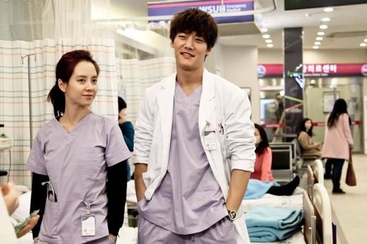 Choi Jin Hyuk và Song Ji Hyo cũng đã từng đóng vai một cặp oan gia vô tình trở thành đồng nghiệp. Trong phim Emergency Couple, nhân vật của cả hai vốn là một cặp vợ chồng son nhưng vì vài hiểu lầm nên đã li hôn. Nhiều năm sau, họ gặp lại nhau với tư cách là những đồng nghiệp, bỏ qua mọi khúc mắc của bản thân để cùng nhau hợp tác cứu sống những bệnh nhân của mình. Và cũng từ đây, họ đã nhận ra tình cảm thật sự dành cho đối phương.