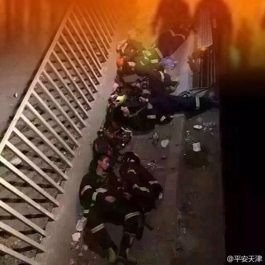 Một người lính cứu hỏa được tìm thấy vẫn sống sót sau hơn 31 giờ vùi trong đống đổ nát.