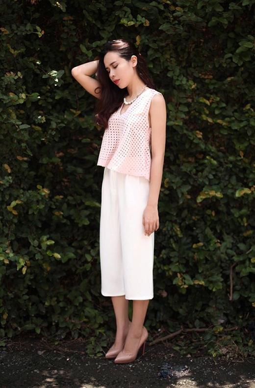 Lưu Hương Giang ngọt ngào với áo lưới tông hồng pastel ngọt ngào, gợi cảm cùng quần culottes ống suông thanh lịch.