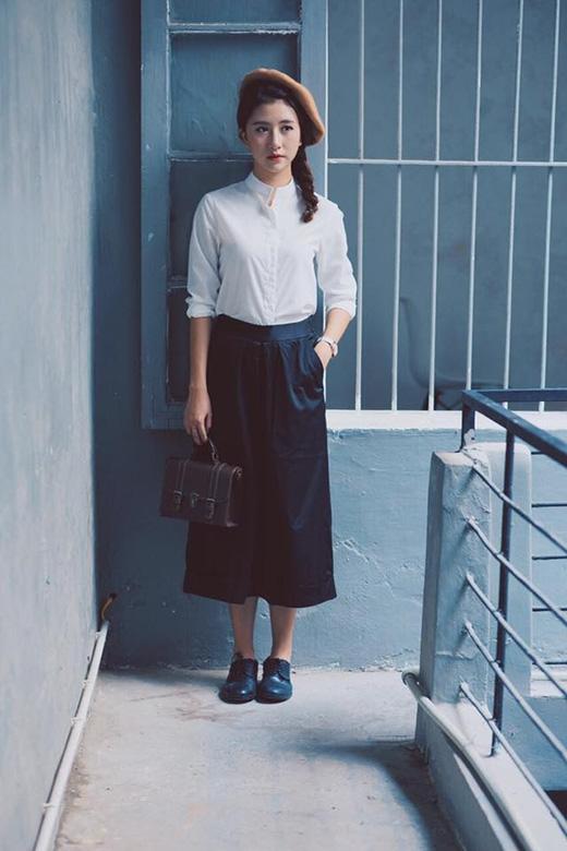 Xu hướng thời trang cổ điển dường như bắt đầu cuộc đổ bộ trở lại trong mùa mốt Thu - Đông năm nay. Quỳnh Anh Shyn đã mở màn tiên phong với bộ trang phục đơn giản nhưng lại khá độc đáo, bắt mắt bởi những phụ kiện đi kèm.