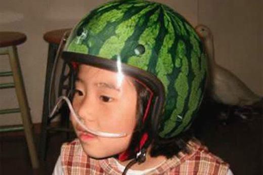 Mũ bảo hiểm phong cách... quả dưa hấu.