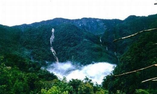 Địa hình vùng núi được cho là nơi máy bay đâm vào khá hiểm trở.