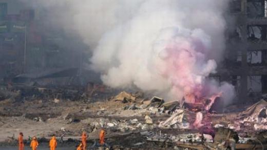 Các đám khói màu hồng độc hại vẫn bốc lên.