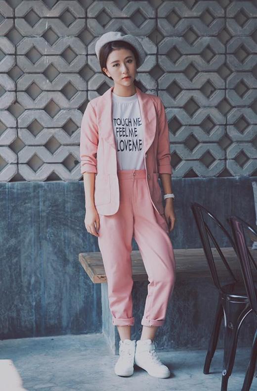 Ngay cả bộ vest khá hiện đại, trẻ trung này cũng được Quỳnh Anh Shyn biến tấu mang màu sắc cổ điển với chiếc mũ bê-rê tông xám trắng. Sắc hồng ngọt ngào càng tôn lên làn da trắng hồng đáng mơ ước của Quỳnh Anh Shyn.