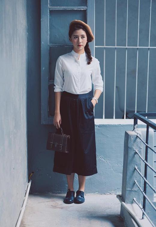 Hình ảnh những thiếu nữ trung học thời xa xưa được chấm phá một cách hoàn hảo qua bộ trang phục phối giữa sơ mi trắng cùng quần culottes tông xanh đen. Không thể phủ nhận, nếu muốn mang đến vẻ ngoài trẻ trung hơn, áo sơ mi trắng luôn là một trong những lựa chọn tuyệt vời cho phái đẹp.