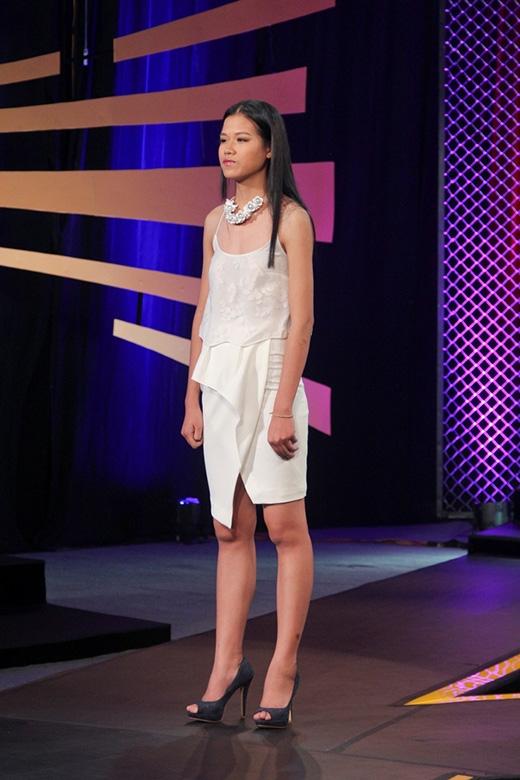 Cô nàng bị các giám khảo nhắc nhở về thần thái, sự tự tin cần có của một người mẫu chuyên nghiệp khi liên tục nhìn ngang nhìn dọc và không đứng thẳng vai.