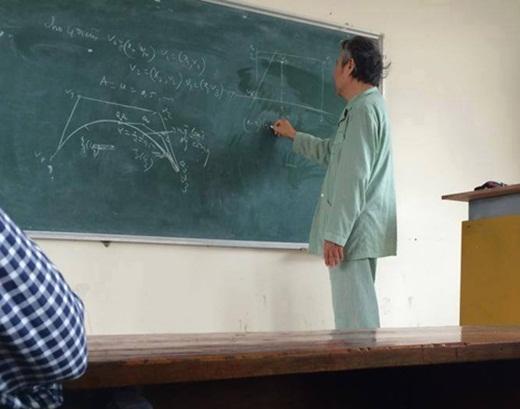 Hình ảnh thầy giáo mặc nguyên bộ đồ bệnh nhân lên giảng đường đứng lớp dạy học sinh đã khiến dư luận một thời gian xôn xao bàn tán.