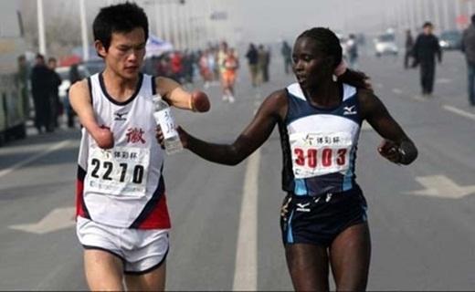 Vận động viên marathon chia sẻ nước uống cho người tàn tật trên cùng đường chạy khiến nhiều người mỉm cười tin rằng lòng tốt ở muôn nơi.