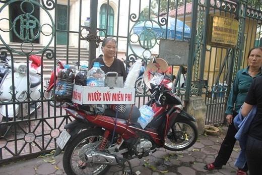 Bà cụ với gánh xe nước nối miễn phí tại cổng bệnh viện trong ngày nắng nóng cực độ đã làm lay động trái tim không biết bao người.