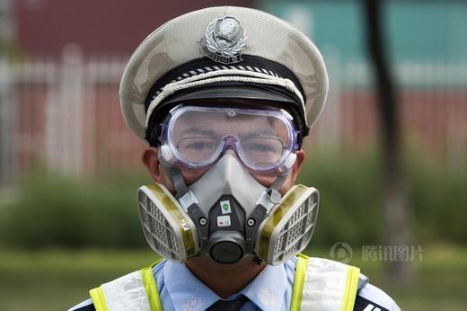 Tất cả các cảnh sát có mặt tại hiện trường đều phải mang mặt nạ chống độc.
