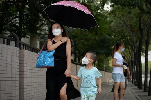 Những người dân gần đó cũng phải mang khẩu trang mỗi khi ra đường.
