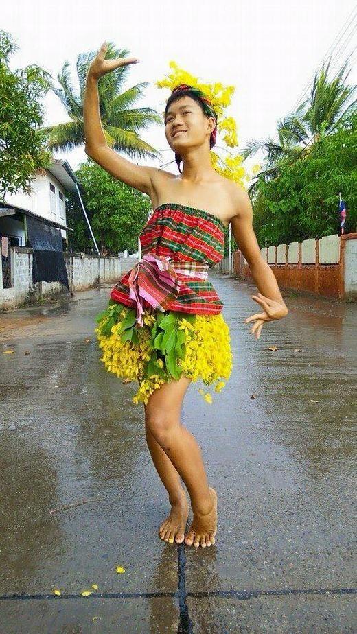 Khi hoa, lá được dùng làm váy! Thật đẹp phải không nào?