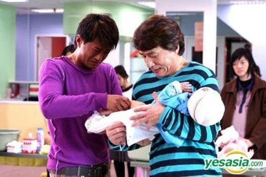 """Nhìn gương mặt """"đau khổ"""" của hai chàng thì khắc biết em bé đã làm chuyện gì đấy không hay rồi."""