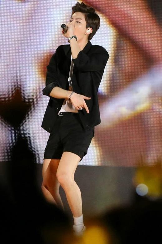 """Không chỉ sở hữu chiều cao """"khủng"""", đôi chân thon mịn của Seunghoon (Winner) luôn khiến các fan nữ ngưỡng mộ. Đây cũng chính là lí do anh chàng rất thích diện quần ngắn để khoe ra ưu điểm hình thể nổi bật."""