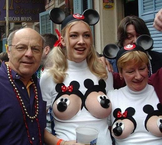 Đã lỡ hóa trang chuột Mickey thì làm cho trót vậy.