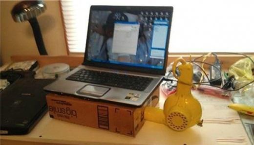 Tận dụng chiếc máy sấy tóc cũ để làm máy tản nhiệt cho laptop.