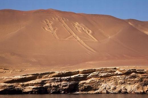 Đây là biểu tượng ngọn đèn nến Paracas được phát hiện trên sườn đồi tại vịnh Pisco, phía đông Peru. Những hình vẽ khổng lồ này được gọi chung là geoglyphvà ngọn đèn nến Paracas cũng nằm trong số đó. Ngọn đèn nến Paracas có chiều ngang tới 180 mét, được hình thành từ năm 200 TCN. Nó được xem là cây gậy quyền trượng của vị thần sáng tạo thời cổ đại Viracocha. Tuy nhiên, ai tạo ra geoglyphvẫn là điều bí ẩn.