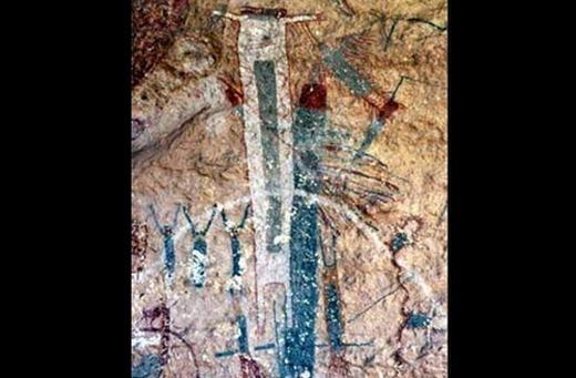 """Tại Mỹ, cụ thể là khu vực gần dòng sông Tecos thuộc bang Texas (Mỹ) có nhiều bức tranh cổ. Trong số này, bức """"White Shaman"""" được xem là lâu đời nhất. Những đo đạc cho thấy, nó dài khoảng 7 mét, niên đại cách đây 4.000 năm và nội dung trên đó vẫn đang rất bí ẩn. Nhiều khả năng nó có liên quan đến một tôn giáo thời cổ đại đã biến mất."""