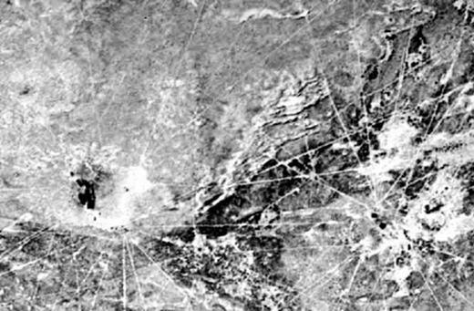 """Đây gọi là các đường kẻ Sajama ở Bolivia. Theo đo đạc, những đường này rộng 3 mét và có chiều dài lên tới 18km, nằm trong diện tích 7,5km vuông với địa hình gồ ghề. Điều bí ẩn ở chỗ không biết ai đã tạo ra các """"đường kẻ"""" khổng lồ này và mục đích của nó là dùng để làm gì."""