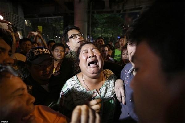 Thân nhân nạn nhân vụ nổ bom đau đớn tại hiện trường đêm 17-8 ở Bangkok. Ảnh: EPA