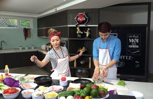 Bị buộc tay vậy Will có thắng nổi cô em Mia đảm đang 'chỉ thích ăn ngon không thích vào bếp' với món salad 'ngẫu hứng'?