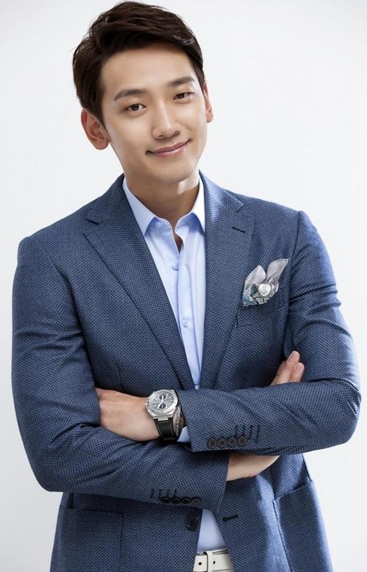 """Đình đám nhất trong số """"gà nhà"""" JYP không ai khác chính là ngôi sao Full House, Rain. Không chỉ được yêu thích nhờ vũ đạo cực chuẩn, đôi mắt một mí cùng nụ cười tươi rói chính là điểm cuốn hút nhất của nam ca sĩ."""