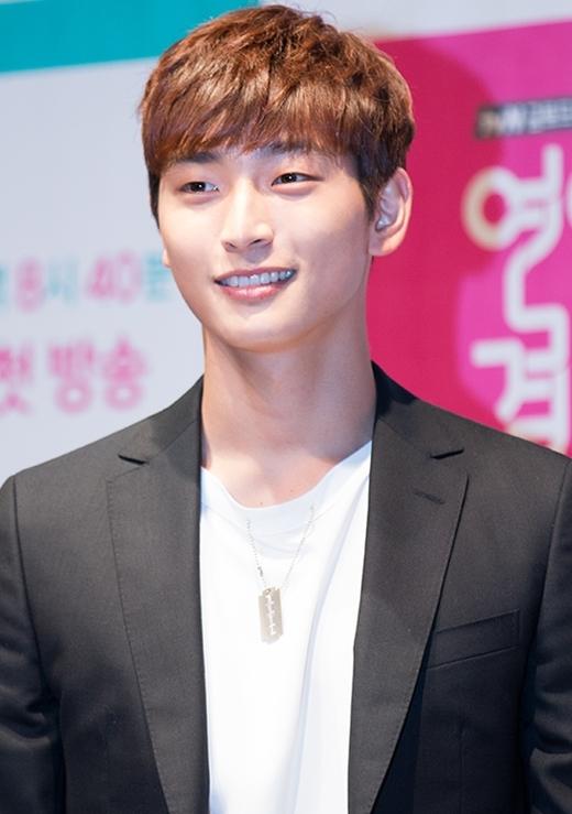 Ngoài chất giọng ấm áp đi vào lòng người, Jinwoon (2AM) còn được yêu thích bởi khả năng dẫn chương trình lưu loát cùng nụ cười không lẫn vào đâu được.