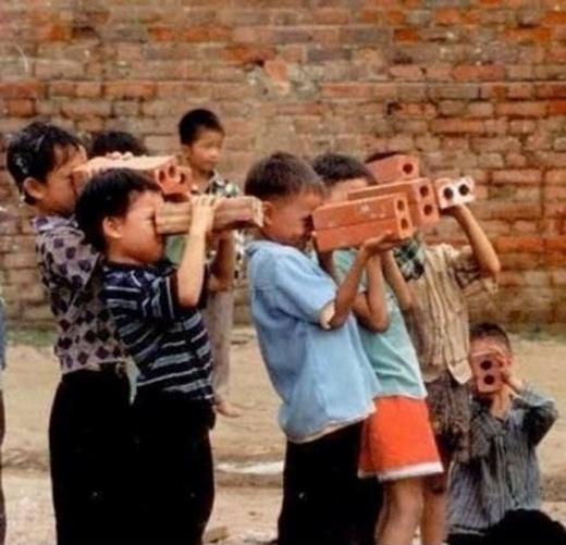 Hình ảnh'ống nhòm' của những bạn trẻ thời 8x, 9x gợi nhớ mộttuổi thơ'dữ dội' của không ít người.