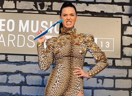 Đánh răng đáng ra phải là một việc làm rất tốt, nhưng điều này lại hoàn toàn trái ngược với Katy Perry. Mặc cho nhiều nha sĩ đã cảnh báo nữ ca sĩ rằng đánh răng quá nhiều sẽ khiến men răng bị ảnh hưởng, dẫn đến hậu quả là cô thậm chí sẽ 'không còn bất cứ chiếc răng nào', nhưng Katy vẫn không thể ngừng việc này lại - cô nàng 'cuồng' đánh răng và luôn đem hơn 20 chiếc bàn chải bên mình.