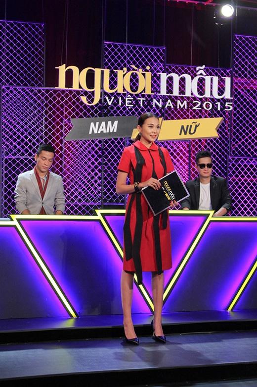Chiếc váy với hai tông màu đỏ đen mang đậm âm hưởng của phong cách cổ điển cũng giúp Thanh Hằng gây ấn tượng mạnh trong phần đánh giá và loại của tập 3 vừa rồi.