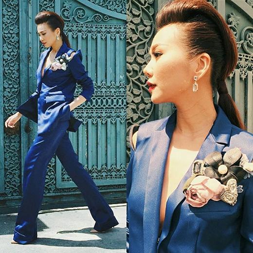 Thiết kế vest xanh với phom rộng khá kén người mặc cũng được Thanh Hằng thể hiện vẻ đẹp một cách trọn vẹn.