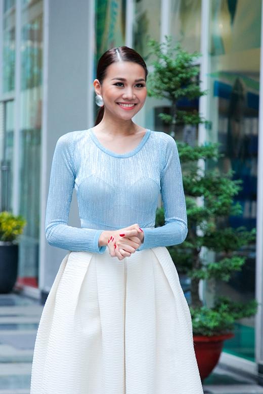 Trong tập 4 sắp phát sóng, Thanh Hằng tiếp tục khiến người đối diện phải xao xuyến bởi sự kết hợp giữa chiếc áo phông cổ rộng tông xanh thiên thanh cùng chân váy xòe tông trắng điệu đà, hiện đại.